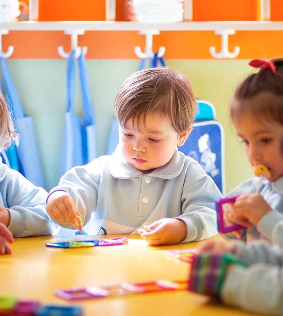 niño aprendiendo en la mesa