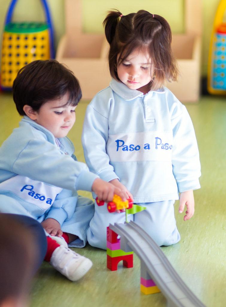 Niño y niña jugando
