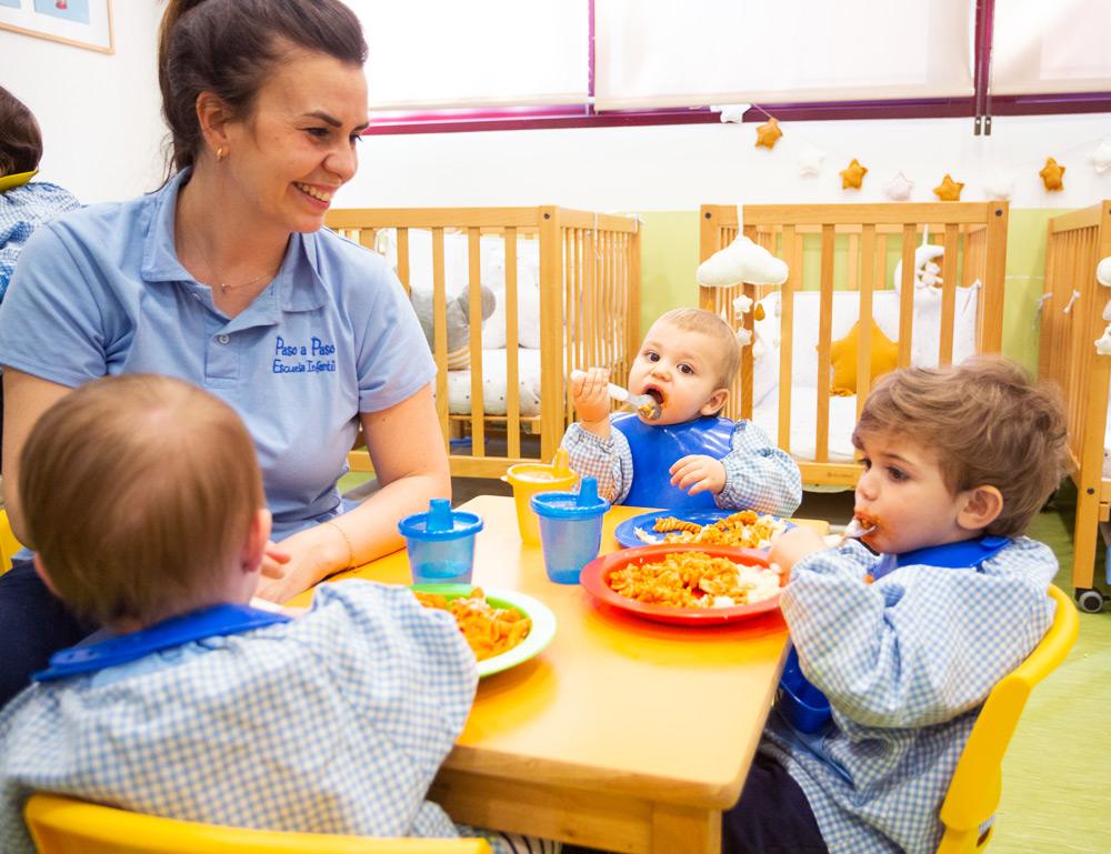 niños comiendo en la mesa