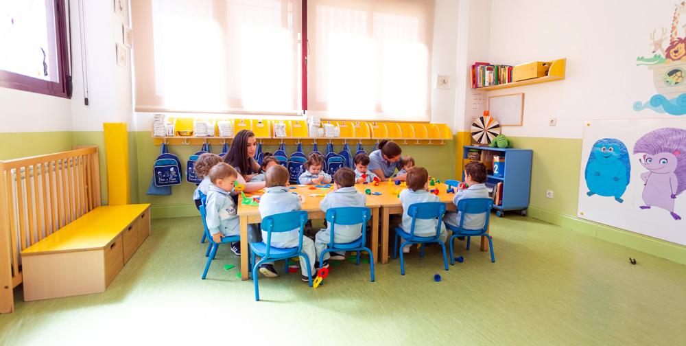 niños en el aula en la mesa