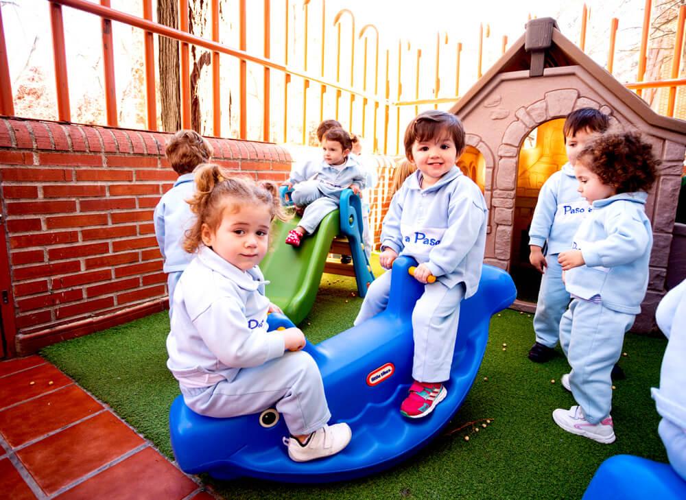niños en el patio exterior
