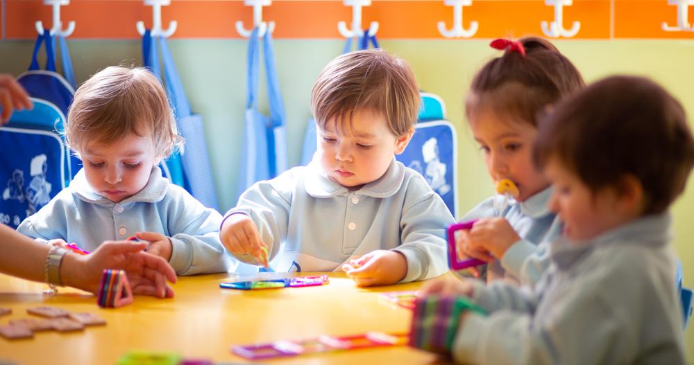 niños aprendiendo en la mesa