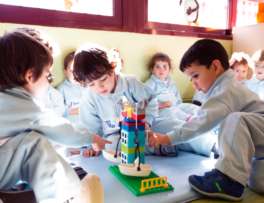 niños jugando en el aula