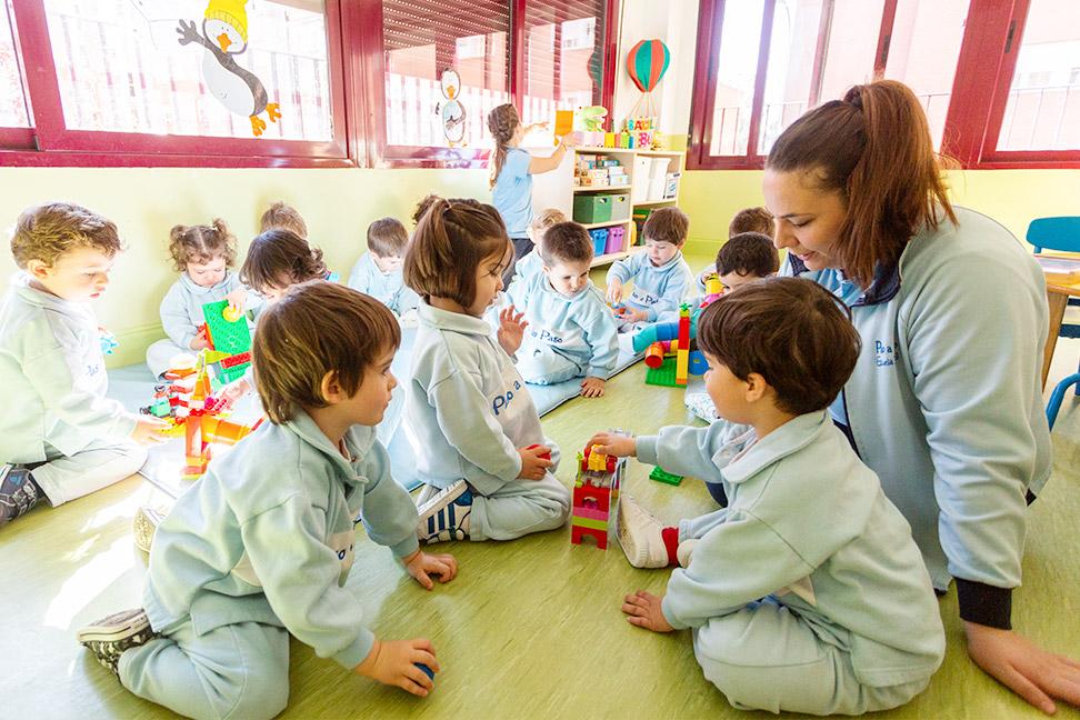 niños en el aula con la profesora